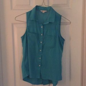 AEO sleeveless hi low button up